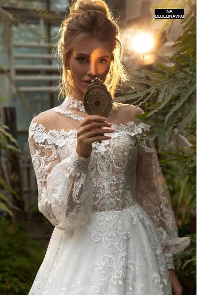 Luxusné honosné svadobné šaty so stojačikom.