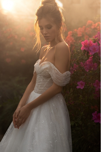 Svadobné šaty s padavými ramienkami.