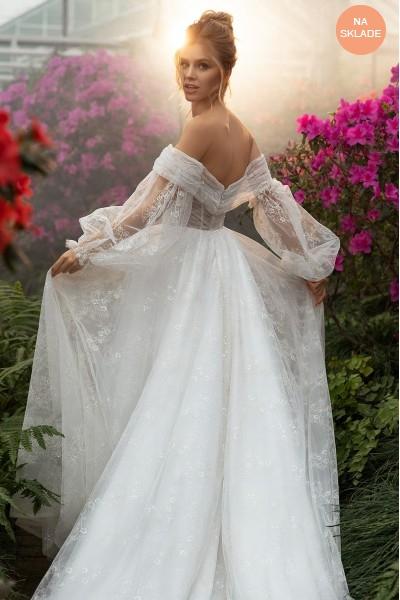 Svadobné šaty s vlečkou.
