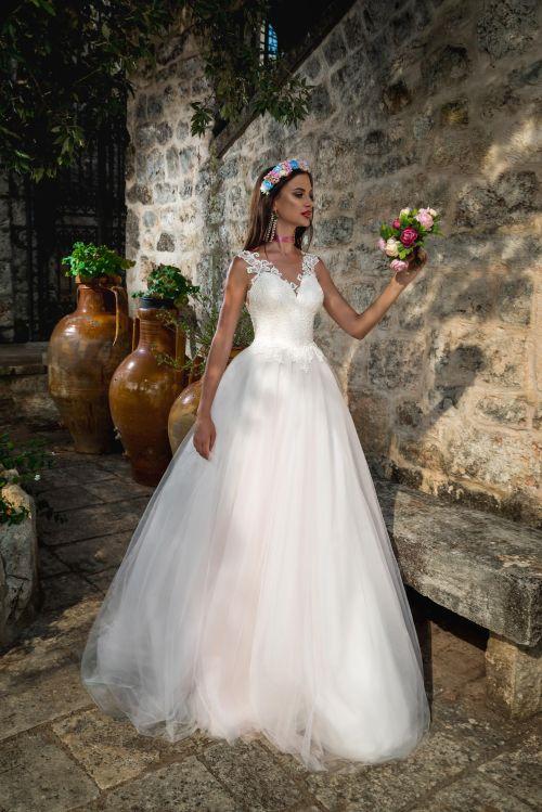 Klasické svadobné šaty s čipkou na chrbáte s veľkou sukňou