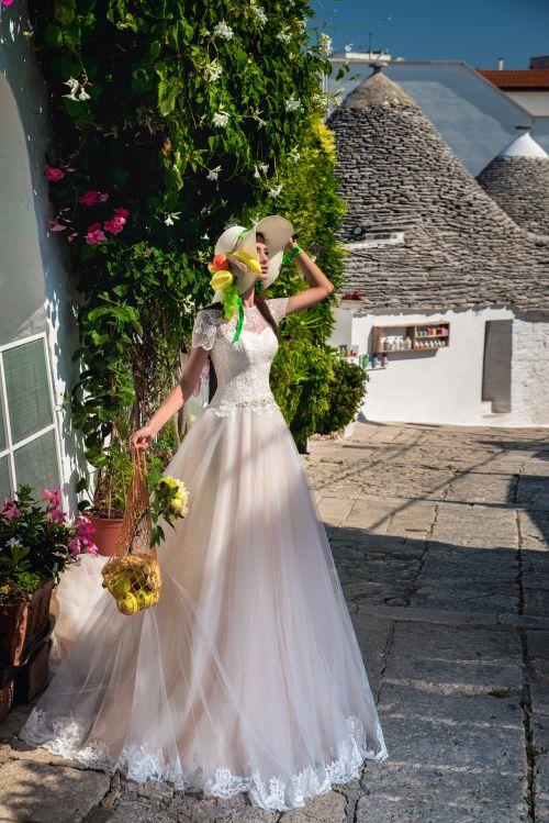Svadobné šaty s triškovým rukávom s vlečkou s čipkou na spodku sukne 2019