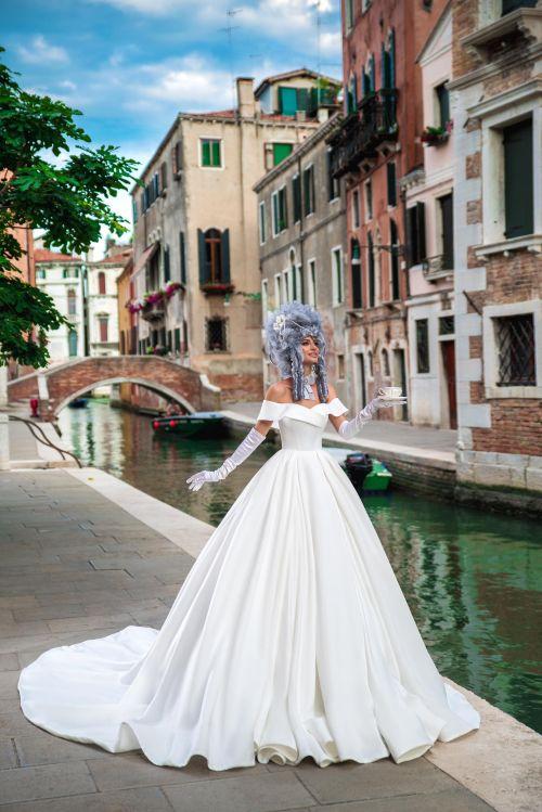 Celosaténové svadobné šaty s lodičkovým výstrihom