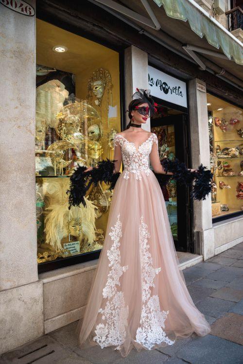 Kapučínové svadobné šaty čipkou na sukni