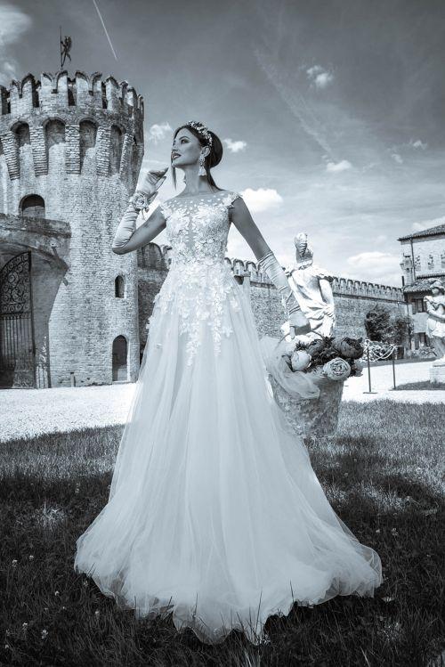 Svadobné šaty s nadýchanou sukňou s 3D aplíkáciami