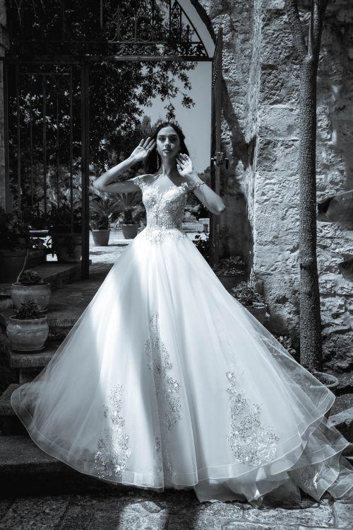 Rozprávkové svadobné šaty s čipkou na sukni, s hoolým chrbtom na ktorom je čipka