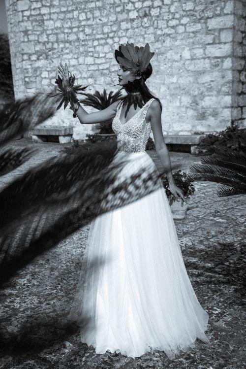 Svadobné šaty s padavou tylovou sukňou na ramienka zdobené perlami