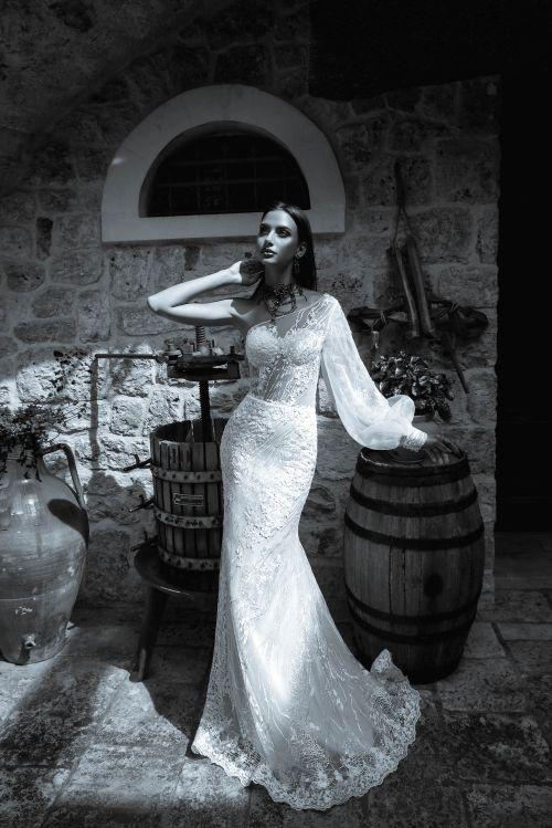 Úzke svadobné šaty s jedným balónovým rukávom