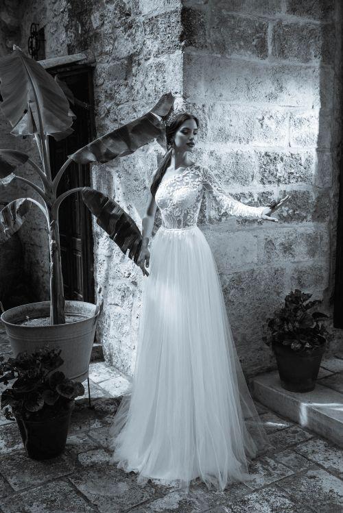 Bohoštýl svadobné šaty s jedným rukávom