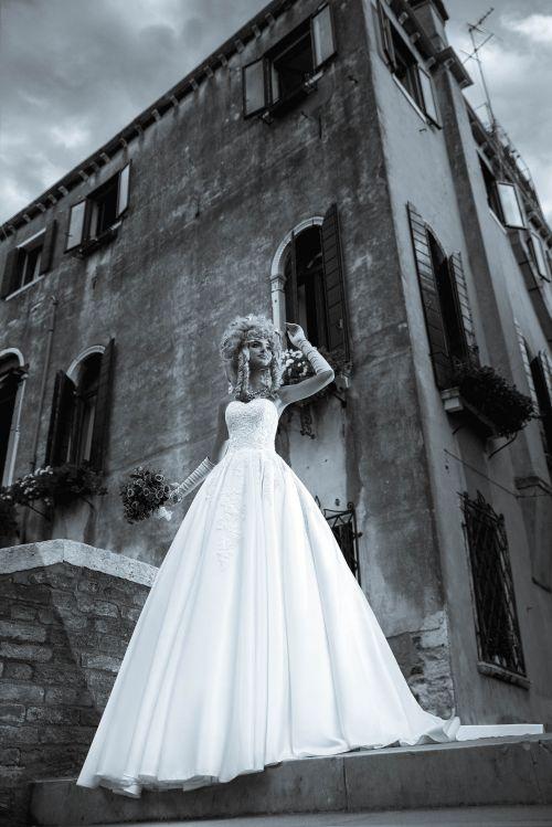 Saténové korzetové svadobné šaty zdoebné čipkou s vlečkou