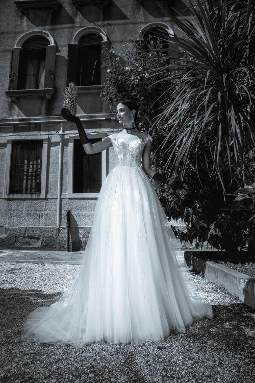 Nádherné svadobné šaty z prekrásnou čipkou na vrchu i na sukni