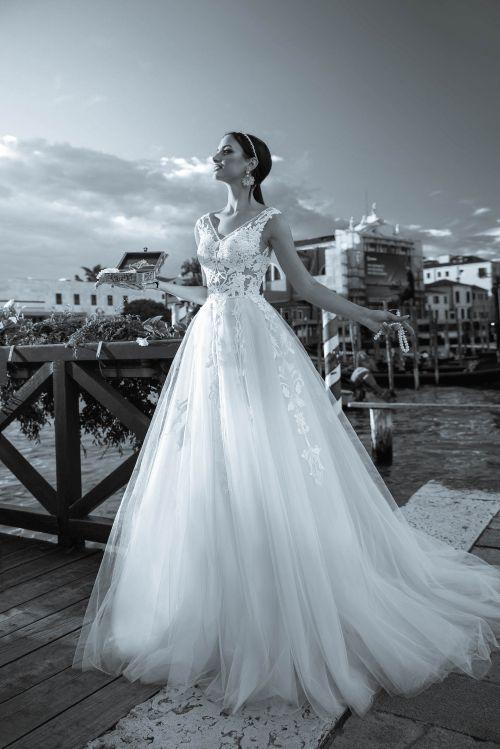 Krásne svadobné šaty s veľkou tylovou sukňou s priesvitným zvrškom zdobeným čipkou s Včkovým výstrihom