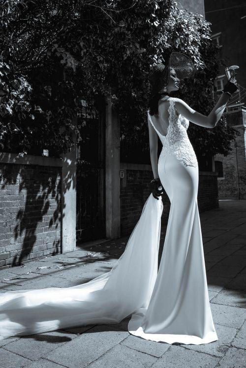 Úzke sexi svadobné šaty s čipkou a s odnímateľnou vlečkou