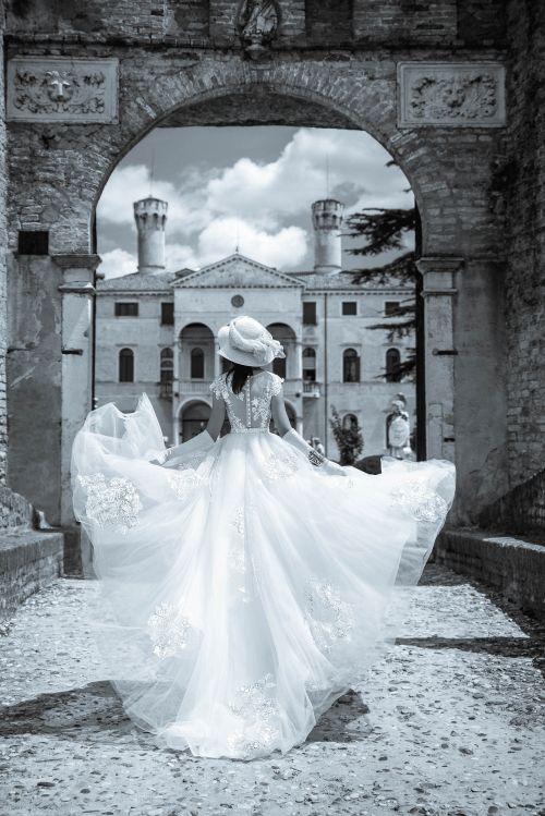 Úzke svadobné šaty s vlečkou