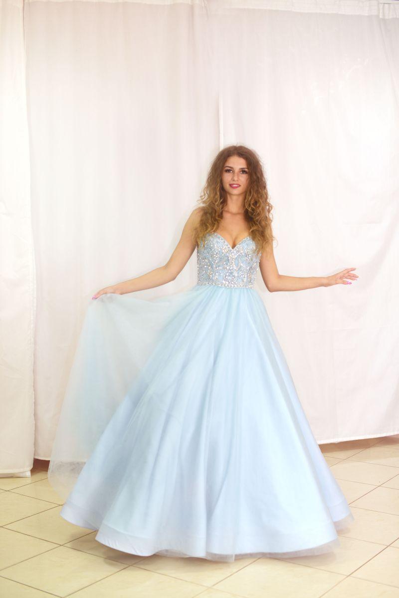 modré šaty na stužkovú