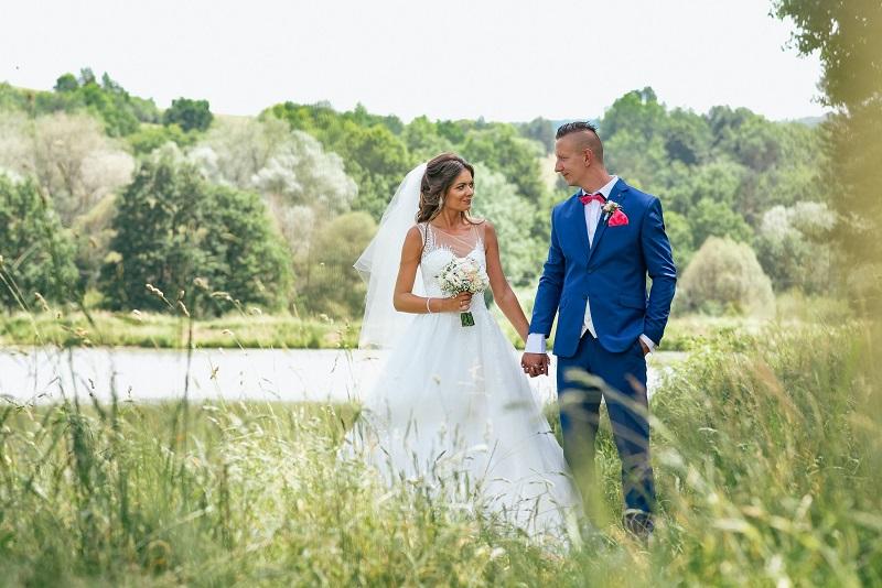 Spokojná nevesta vo svadobných šatách Elisa zo svadobného salónu EvaMária Sereď