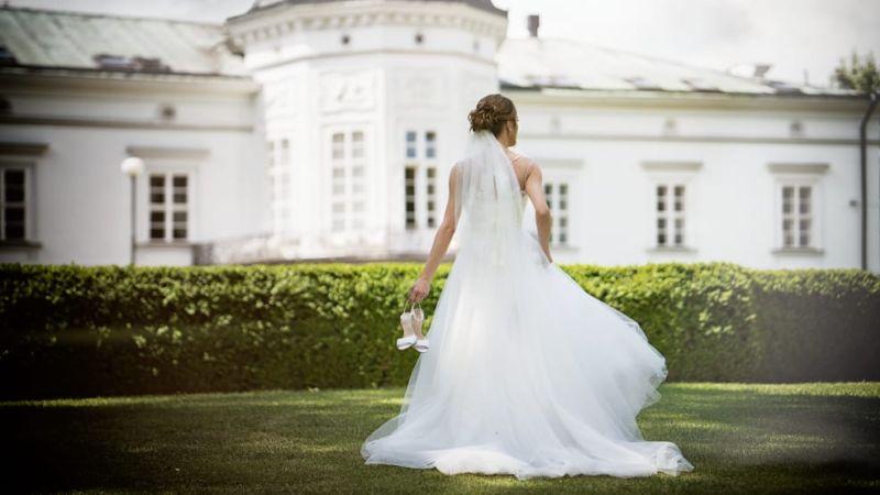 Spokojná nevesta vo svadobných šatách Ottalie zo svadobného salónu EvaMária Sereď