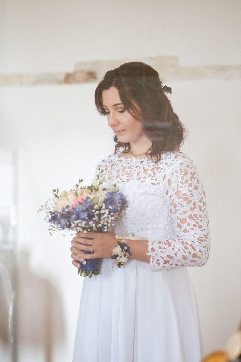 Spokojná prekrásna nevesta vo svadobných šatách Poladia zo svadobného salónu EvaMária Sereď