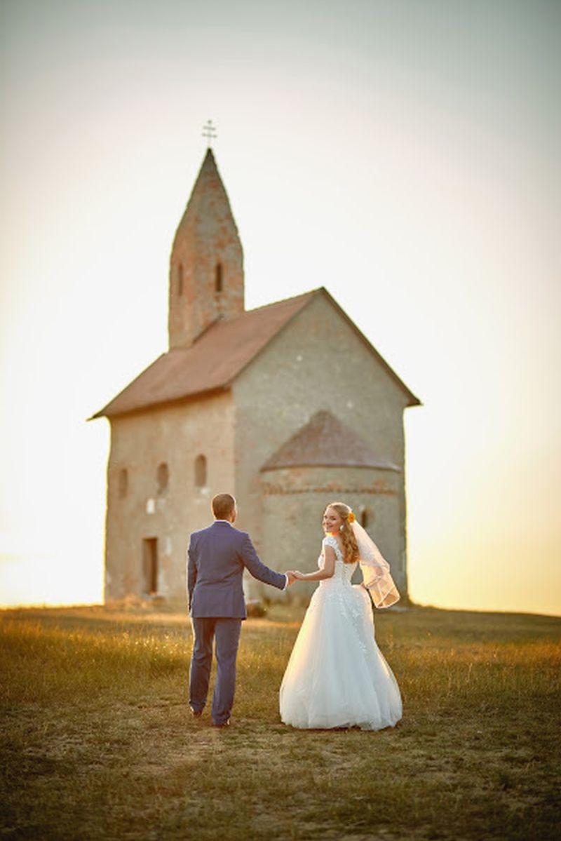 Spokojná nevesta vo svadobných šatách Freya zo svadobného salónu EvaMária Sereď