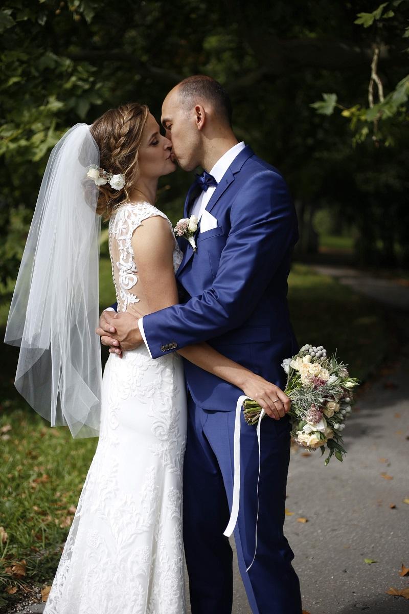 Spokojná nevesta vo svadobných šatách Ide zo svadobného salónu EvaMária Sereď
