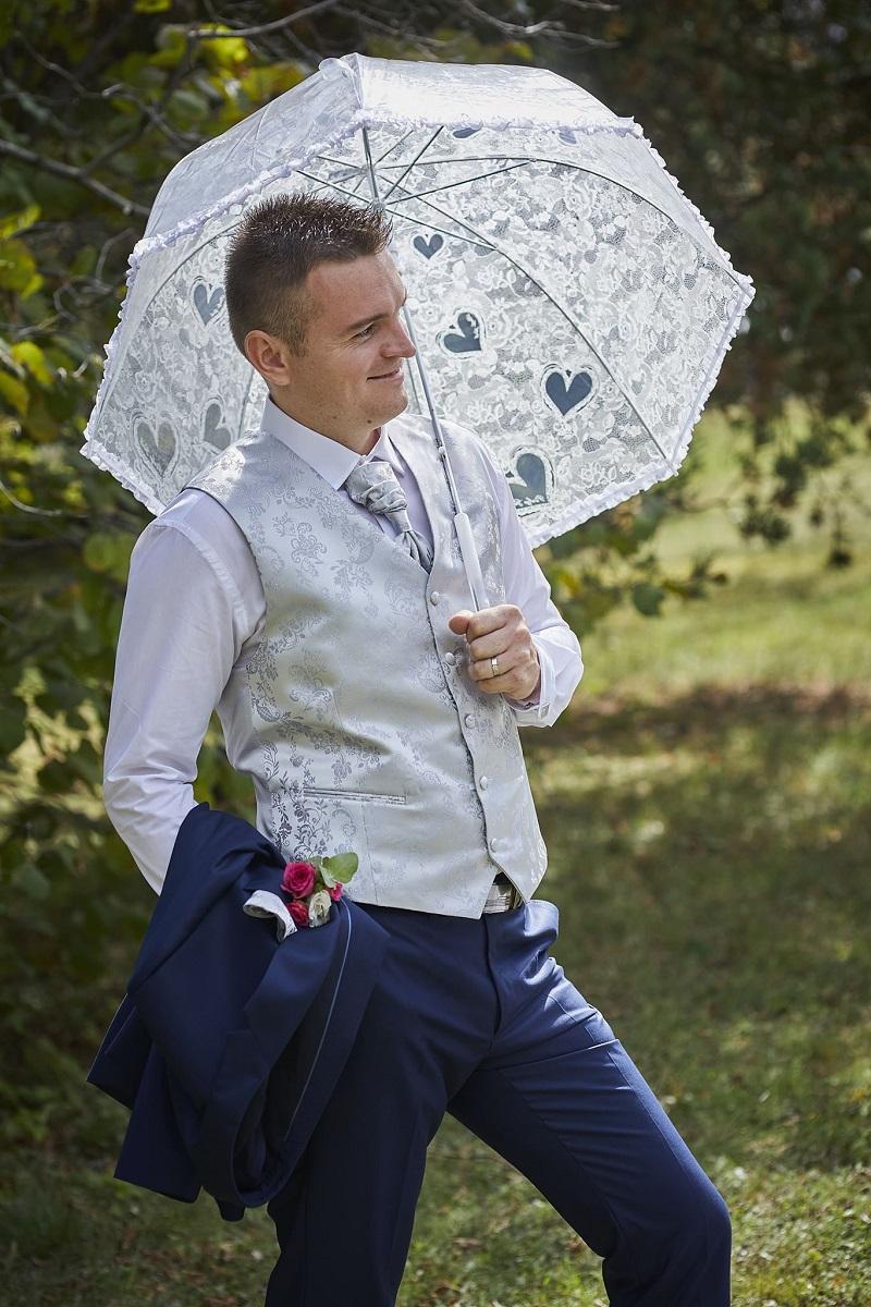 Spokojná nevesta vo svadobných šatách Brigida zo svadobného salónu EvaMária Sereď