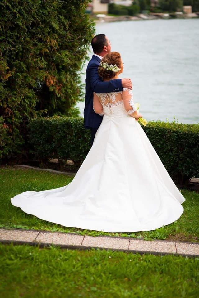 Spokojná nevesta vo svadobných šatách Margaret zo svadobného salónu EvaMária Sereď