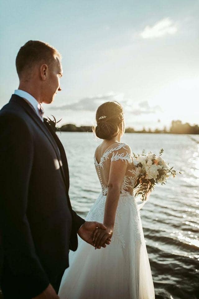 Spokojná nevesta vo svadobných šatách Rosalino zo svadobného salónu EvaMária Sereď