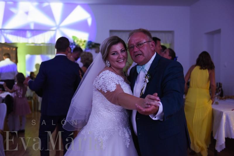 Spokojná nevesta so svadobným otcom zo svadobného salónu EvaMária Sereď