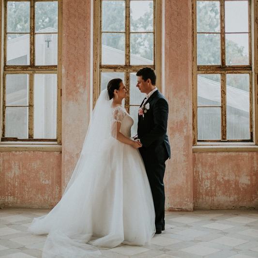 Spokojná Nevesta so ženíchom zo svadobného salónu EvaMária Sereď