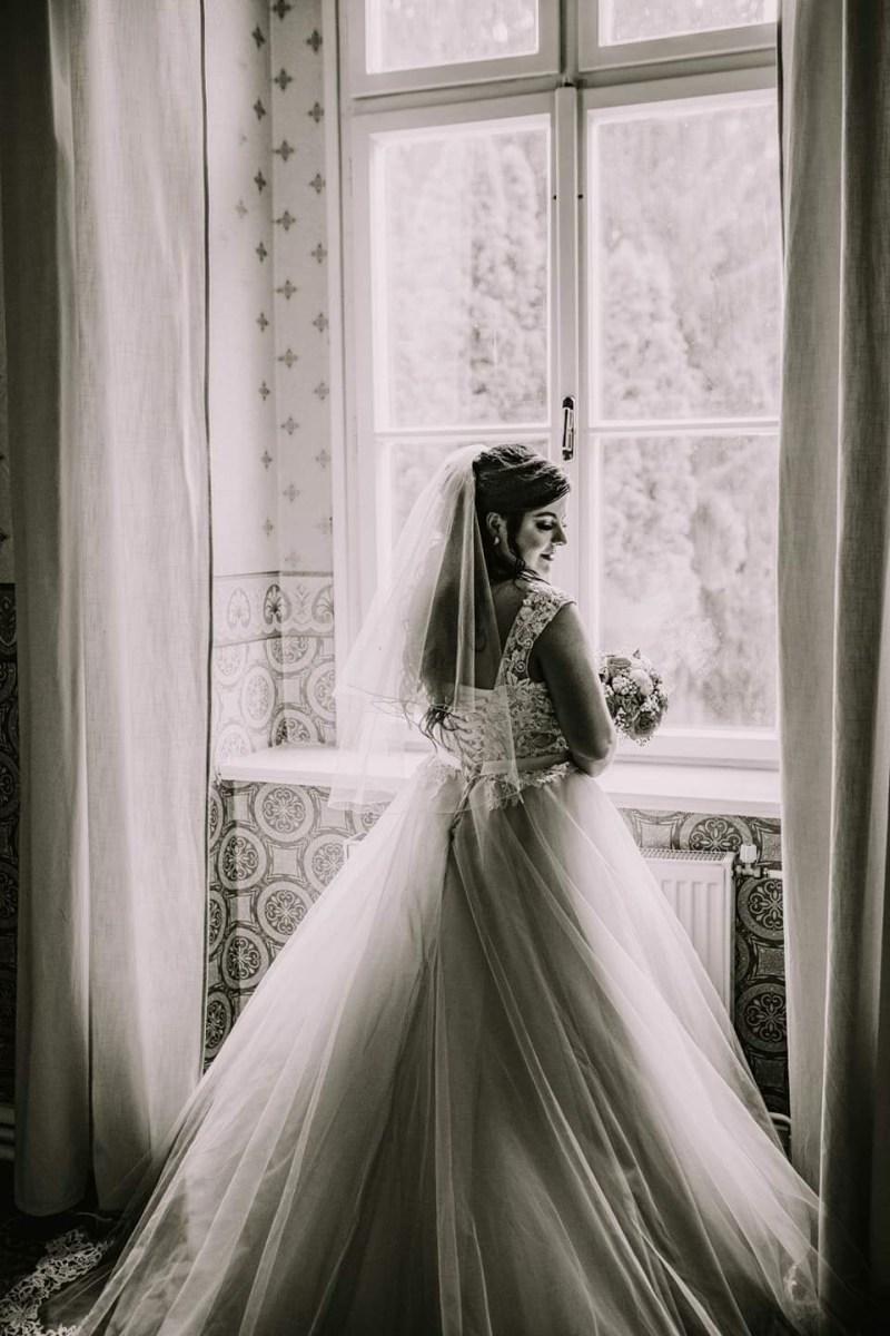 Spokojná nevesta vo svadobných šatách zo svadobného salónu EvaMária Sereď
