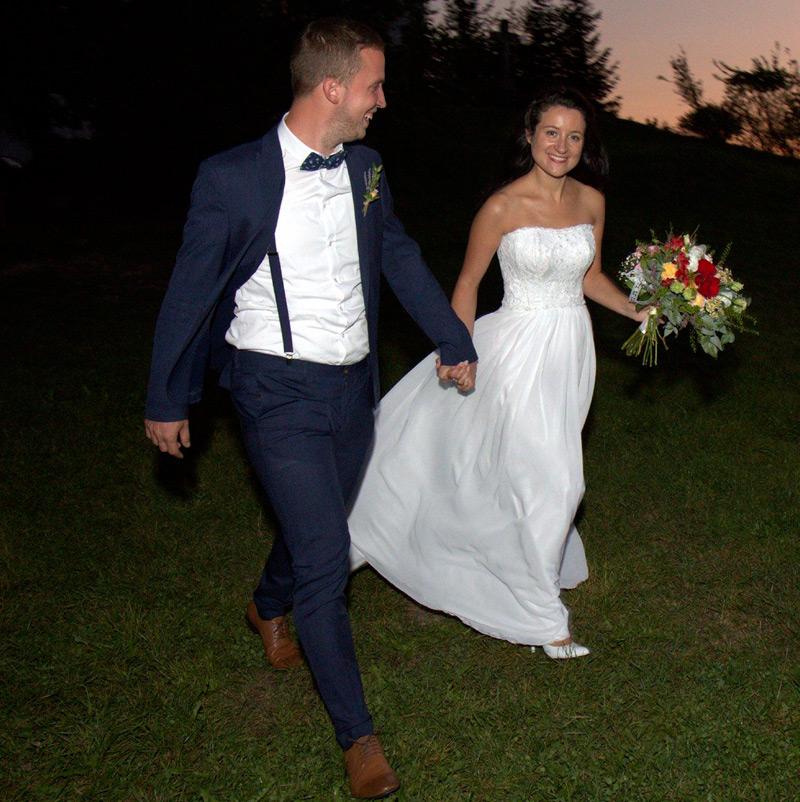 Spokojná nevesta salónu EvaMária v padavých svadobných šatách od Hadassa