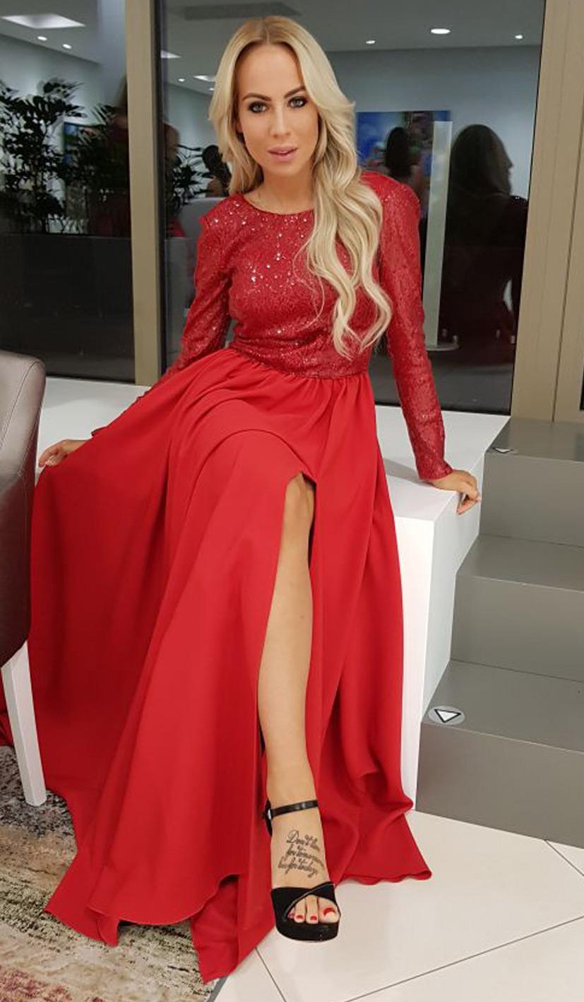 červené šaty na ples s dlhými rukávmi, rozpadkom a holým chrbtom